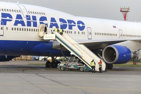 boeing 747: MOSCA, RUSSIA - 26 settembre, 2014: Boeing 747 Transaero in attesa di imbarco. Transaero Airlines ha cessato di esistere nel 2015.