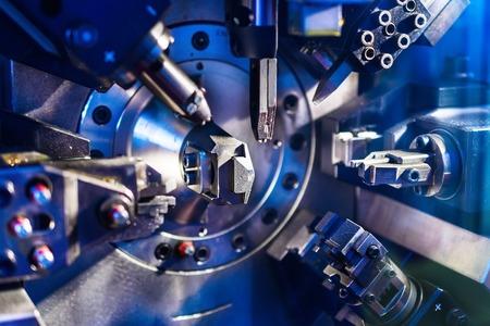 Arbeitsmaschinenbereich für die Herstellung von Federn. Schlechte Beleuchtung. Standard-Bild - 63509836