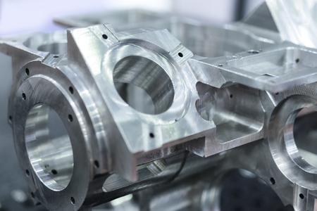 Detalle de piezas mecanizadas de aluminio, superficie brillante. Fondo abstracto industrial, profundidad del campo baja. Foto de archivo - 63509835