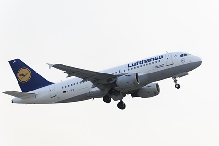 luft: MOSCOW, RUSSIA - SEPTEMBER 26, 2014: Airbus A319-100 Lufthansa take off  at Domodedovo international airport