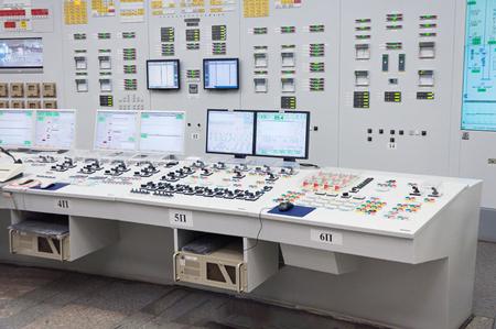 La sala de control central de la planta de energía nuclear. Fragmento del panel de control de un reactor nuclear. Foto de archivo - 65607312