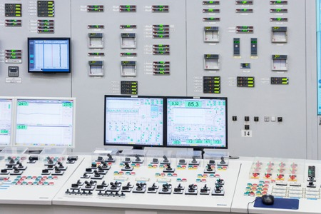 La sala de control central de la planta de energía nuclear. Fragmento del panel de control de un reactor nuclear. Foto de archivo - 65608085