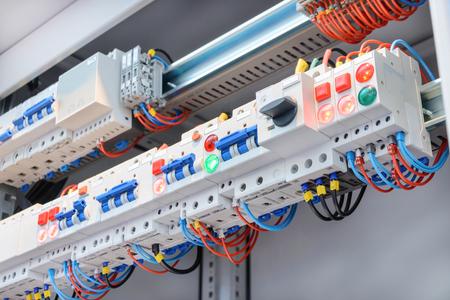 Un fragmento de circuito en el gabinete de control de potencia. Fondo abstracto industrial. Foto de archivo - 68868317