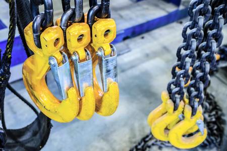 新しいチェーン貨物スリング。黒鋼のチェーンと黄色の貨物をフックします。