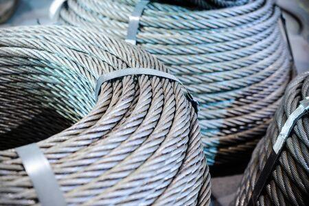 Bobinas de cable de acero. Varios anillos de cable de acero apilados en el suelo. Foto de archivo - 68871812