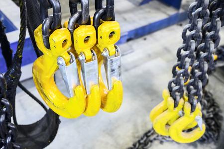 New chain cargo sling. Black steel chain and yellow cargo hooks. Standard-Bild