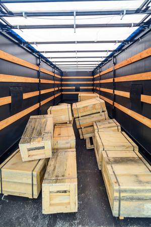 Verschillende houten kisten in de lading oplegger.