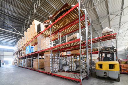 Gran almacén hangar industriales y empresas de logística. Foto de archivo - 70374422