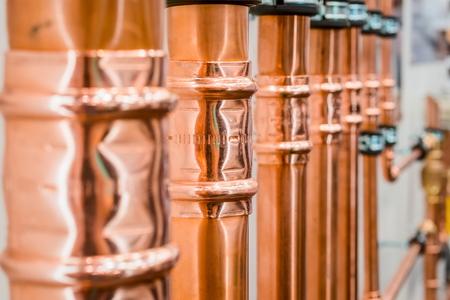 codo: Brillantes tubos de cobre nuevos. Foto de archivo