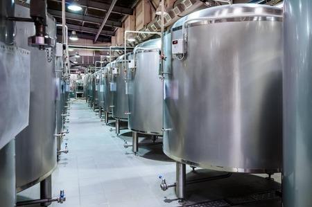 현대 맥주 공장. 맥주 발효 용 작은 강철 탱크.