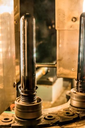 La máquina para soplar botellas plásticas de PET.
