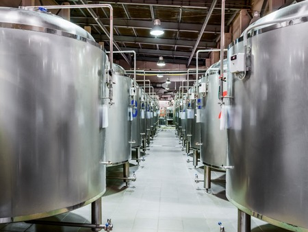 Moderne Bierfabrik. Stahlbehälter für Bierfermentation Standard-Bild - 74358147