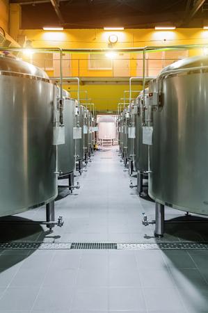 destilacion: Modern Beer Factory. Filas de tanques de acero para la cerveza de almacenamiento.