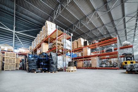 Gran almacén hangar industriales y empresas de logística. Foto de archivo - 76417558