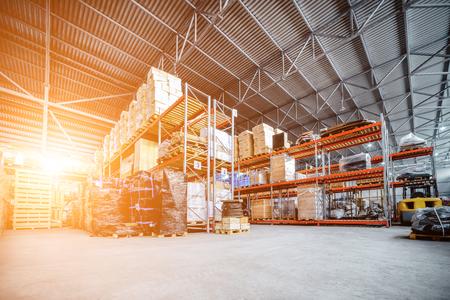 Gran almacén hangar industriales y empresas de logística. Foto de archivo - 76682038