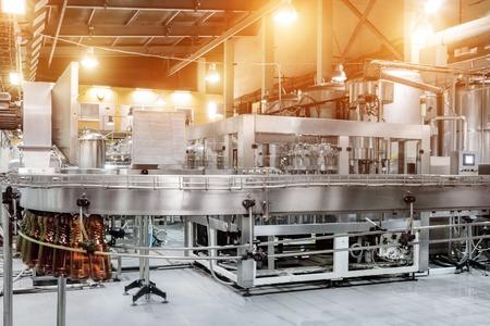Die Abfüllmaschine gießt Bier in Plastik-PET-Flaschen.
