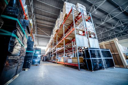 Estantes largos con una variedad de cajas y contenedores. Foto de archivo - 79525268