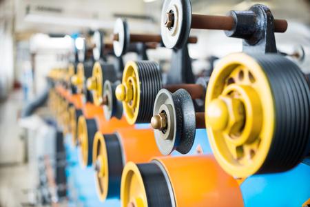 Übertragen von gummierten Rollen der automatischen Wickelmaschine. Standard-Bild