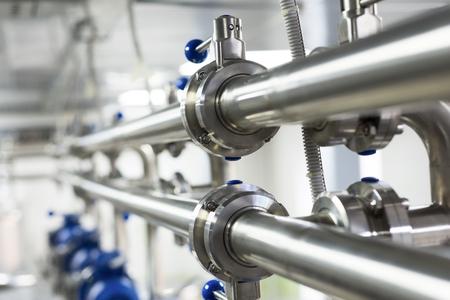 Rohrleitungen aus Edelstahl, ein System zum Pumpen von Flüssigkeiten für die Lebensmittelindustrie. Standard-Bild - 87405963