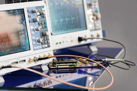 현대 디지털 측정 계기. 다색 장비.