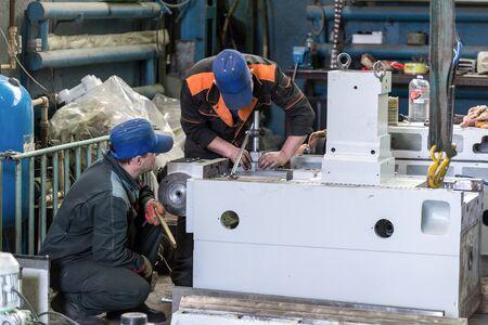 Lipetsk, Russland - 15. Juni 2017: Lipetsk-Werkzeugmaschinenfabrik. Schlosser arbeiten an der Montage einer neuen Zerspanungsmaschine. Standard-Bild - 93498018