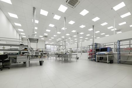 전자 인쇄 회로 기판 제조 공장. 워크샵 표면 장착 및 사전 조립.
