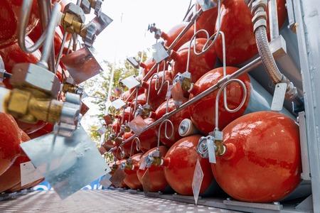 Una gran cantidad de cilindros combinados en una rampa de gas.