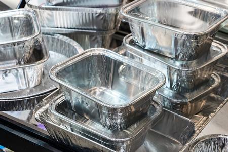 Una gran cantidad de envases de aluminio para alimentos.