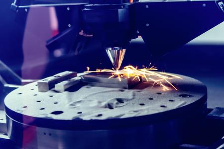 La impresora de metal 3D produce una pieza de acero.