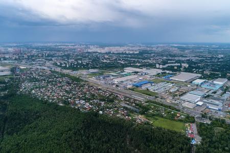 Luftaufnahme von Weizenfeldern, Wiesen, Wäldern und Industrielagern im ländlichen Russland.