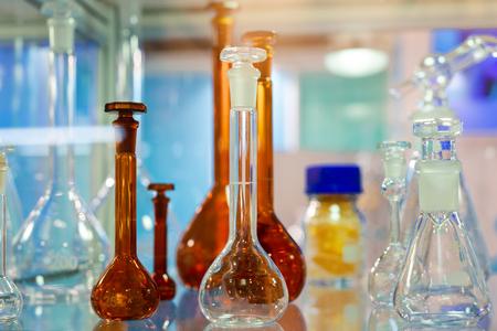 Cristalería de laboratorio químico. Fondo abstracto.
