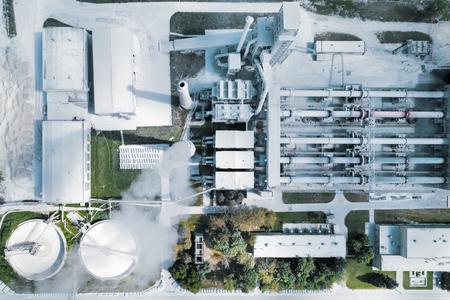 Anlage zur Herstellung von Zement, Klinker und Gips. Rohrdrehöfen. Luftaufnahmen, Blick senkrecht nach unten