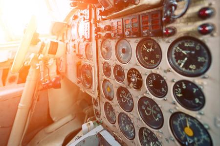 Tablero de un viejo avión. Muchos punteros, botones e interruptores analógicos Foto de archivo