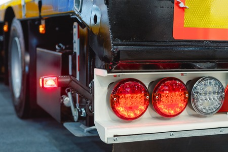 車のトレーラーブレーキライト。道路輸送のための現代の照明器具