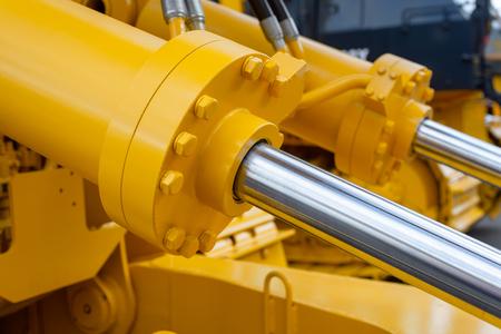 Cilindri idraulici potenti. La potenza principale e l'elemento trainante per le macchine edili Archivio Fotografico