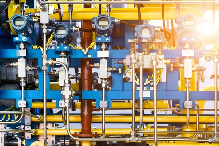 Système de contrôle complexe des équipements à gaz. De nombreux pipelines, capteurs et manomètres numériques Banque d'images