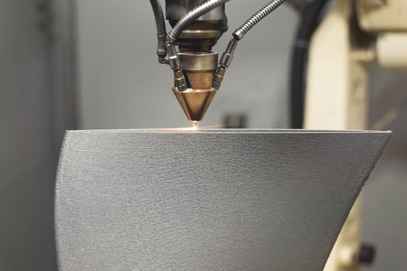 La impresora de metal 3D produce una pieza de acero. Foto de archivo