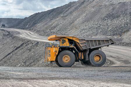 Transporte de rocas en camiones volquete.