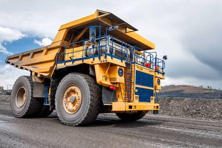 Transport de roches par camions à benne basculante.