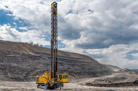 Blick auf einen großen Steinbruch zur Gewinnung von Kalkstein und Kohle.