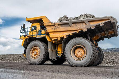 Gran camión volquete de cantera. Industria del transporte. Foto de archivo