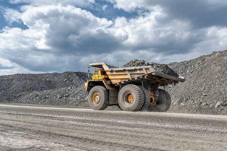 Großer Steinbruchkipper. Transportindustrie. Standard-Bild