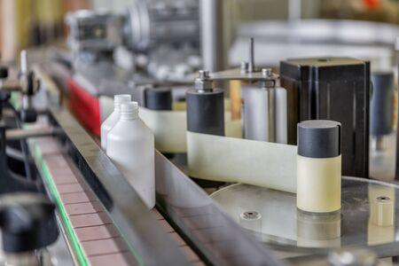 Automatische Linie zum Abfüllen und Etikettieren von Medikamenten.