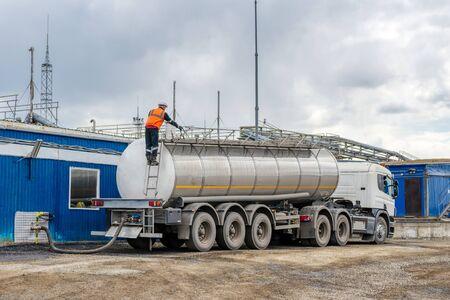 Veicolo speciale per il trasporto di acqua e altri fluidi tecnici.