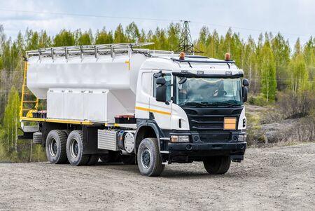 Véhicule spécial pour le transport d'eau et d'autres fluides techniques. Machines pour l'exploitation de mines et d'usines d'extraction de minéraux.