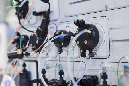 Forschungsgeräte, Gaschromatograph. Wissenschaftliche Maschine zum Studium der Zusammensetzung einer Substanz. Dünner Schlauch von vielen an das System angeschlossen.