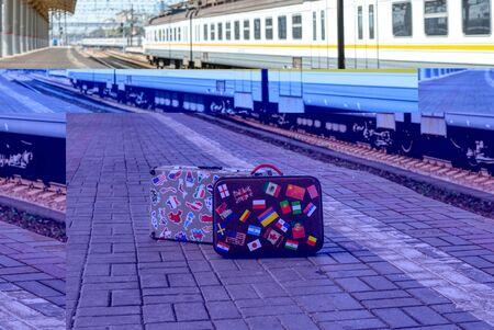 Forgotten travelers suitcase on a passenger platform. Banque d'images