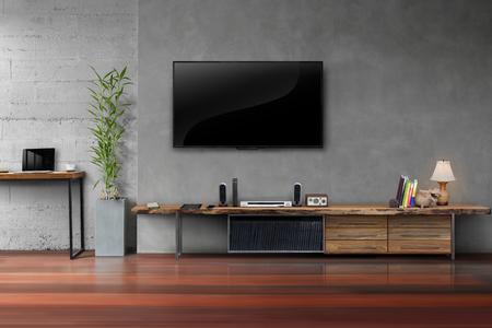 Pokój dzienny telewizor LED na betonowej ścianie z drewnianym stołem i roślin w doniczku nowoczesny styl loft
