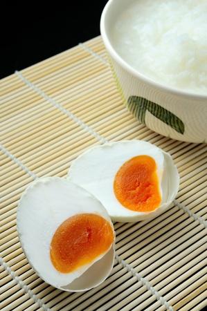 des oeufs salés et gruau, style chinois alimentaire