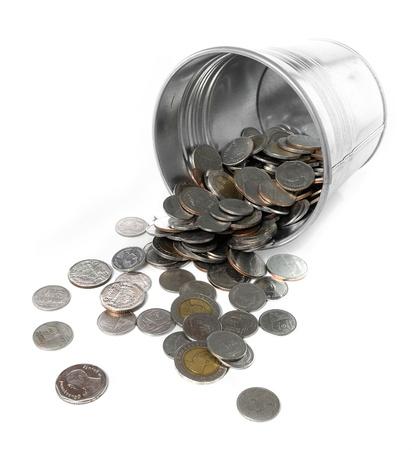 remuneraciones: cubo de metal lleno de monedas aislado en blanco Foto de archivo